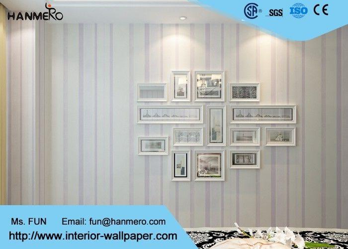 Carta da parati a strisce moderna bianca e porpora per le camere ...